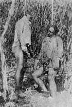 霧社事件中泰雅族人多以上吊的方式自殺,從當時日本人所拍的照片可以看到,一棵樹吊了很多人,以至於樹枝都彎曲下垂。此圖上吊自殺者可能為莫那魯道長子塔達歐莫那(右)及其族人。