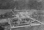 霧社事件中起義的六個部落,有五百多人投降,日本人稱之為「保護蕃」,但卻在1931年4 月25日遭到被日人所縱容的陶渣社所屠殺,最後只剩下 298人,全被遷移到北港溪上游的川中島。 ‧‧‧圖片來源:《台灣治績志》